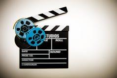 Clapperbrädet och 8mm filmrullar färgar effekt Royaltyfri Foto
