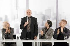 clapping говорить коллегаов исполнительный старший стоковые изображения rf