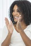Clapping смеяться над женщины афроамериканца сь стоковые фото