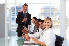 clapping счастливое представление менеджера стоковая фотография rf