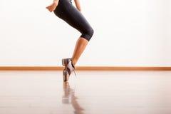 Claquettes dans un studio de danse photo stock