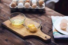 Clara de ovos e yolk separados imagem de stock royalty free