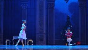 Clara viu a boneca em uma quebra-nozes do príncipe- bailado imagens de stock