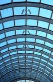 Claraboia de vidro do telhado da perspectiva do telhado de vidro metálico da construção longa da construção longa fotografia de stock