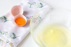 Claras de huevo y yemas de huevo Fotografía de archivo libre de regalías