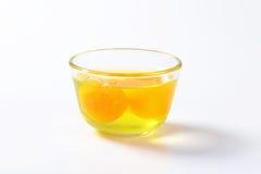 Claras de huevo y yemas de huevo en bol de vidrio Foto de archivo libre de regalías