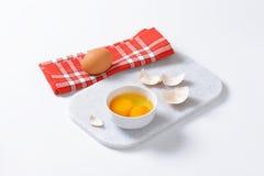 Claras de huevo y yemas de huevo en cuenco Imagen de archivo