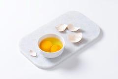 Claras de huevo y yemas de huevo en cuenco Imagenes de archivo