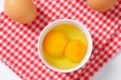 Claras de huevo y yemas de huevo en cuenco Fotos de archivo
