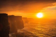 clare峭壁co爱尔兰moher日落 克莱尔爱尔兰欧洲 免版税图库摄影