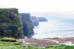 clare峭壁co爱尔兰moher海运查看了 在Ballyvaughan, Co.Clare,爱尔兰附近的大西洋海岸线 免版税库存照片