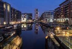 Clarence Dock Leeds på natten royaltyfria bilder