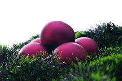 Claret Kerstmisballen en groene decoratie stock foto's