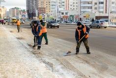 Clarificantes rusos de la nieve en el trabajo sobre un camino Imagen de archivo
