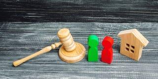 Clarification de la propriété de la maison cour Chiffres en bois des personnes rivaux dans les affaires concurrence, procès, conf Images stock