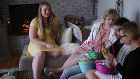 Clarion - circa abril de 2018 - grupo de miembros de la familia celebra Pascua y mira cestas de caramelo metrajes