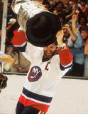 Clark Gilles, der Stanley Cup hält stockfotografie
