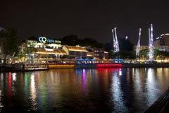 Clarke Quay nadrzeczny punkt przy nocą Zdjęcie Royalty Free