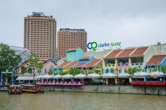 Clarke Quay på den Singapore floden med hotell Royaltyfria Bilder