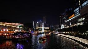 Clarke Quay Singapore Situation på natten med fartygsikt lager videofilmer