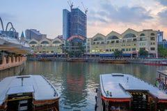 CLARKE QUAY, SINGAPUR - 7. M?rz 2019: Ein traditionelles bumboat auf dem Singapur-Fluss mit Singapurs Flussufer-Punktgeb?ude here lizenzfreie stockfotografie