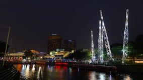 Clarke Quay-vermaakdistrict op de rivier van Singapore in de avond stock videobeelden
