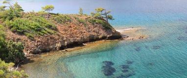 Claro, águas de turquesa do mar Mediterrâneo no país de Turquia foto de stock