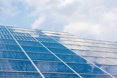 Claro azul Sunny Day Clouds Refl de la tecnología del primer de los paneles solares Fotografía de archivo libre de regalías