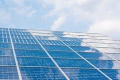 Claro azul Sunny Day Clouds Refl de la tecnología del primer de los paneles solares Foto de archivo libre de regalías