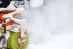 Claro de la nieve El tractor despeja el camino, manera después de nevadas pesadas Tractor que limpia el camino de la nieve El exc fotografía de archivo libre de regalías