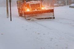 Claro de la nieve El tractor despeja la manera después de nevadas pesadas imagenes de archivo