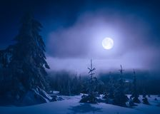 Claro de luna brillante en un valle de la montaña Foto de archivo libre de regalías