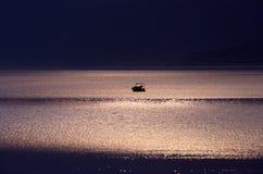 Claro de luna en el mar Imagenes de archivo