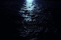 Claro de luna en el mar oscuro Fotos de archivo libres de regalías