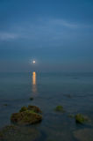 Claro de luna sobre el agua fotos de archivo libres de regalías
