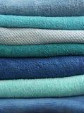 Claro empilhado - toalhas de banho azuis fotos de stock royalty free