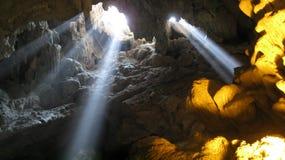 Claro entrando em uma caverna Fotografia de Stock