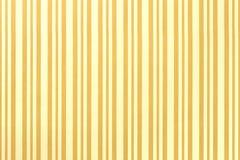 Claro - fundo amarelo e dourado de envolver papel listrado fotos de stock