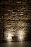 Claro iluminando uma parede de tijolo imagens de stock royalty free