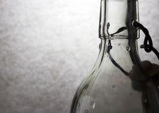 Claroscuro con la botella de cristal imagen de archivo
