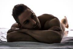 Claroscuro tirado del hombre joven lindo desnudo imagen de archivo libre de regalías