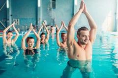 Clase de aeróbicos de la aguamarina de las mujeres en centro de deporte acuático Imagen de archivo libre de regalías