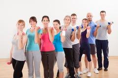 Clase de aeróbicos que se resuelve con pesas de gimnasia Foto de archivo libre de regalías