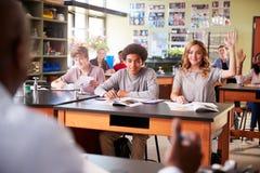 Clase de Biología masculina de Teaching Students In del profesor particular de la High School secundaria imagenes de archivo