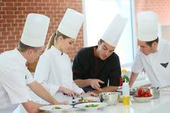 Clase de cocina con el cocinero Imágenes de archivo libres de regalías