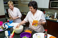 Clase de cocina poco salada de Nestle imagenes de archivo