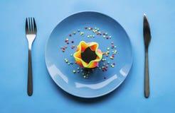 Clase de comida colorida en la placa azul fotos de archivo