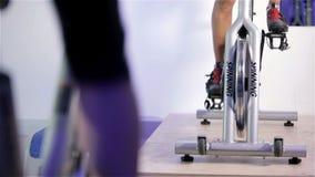 Clase de giro: el pedalling de la bicicleta estática metrajes