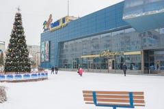Clase de invierno en centro de entretenimiento Gippopo y Años Nuevos de abeto delante de él, en el distrito de Krasnoarmeysk de S Foto de archivo libre de regalías