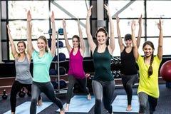 Clase de la aptitud que hace ejercicios de la yoga Foto de archivo